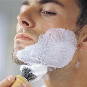Нанесите крем для бритья