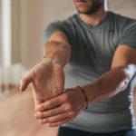 Растягивание мышц рук